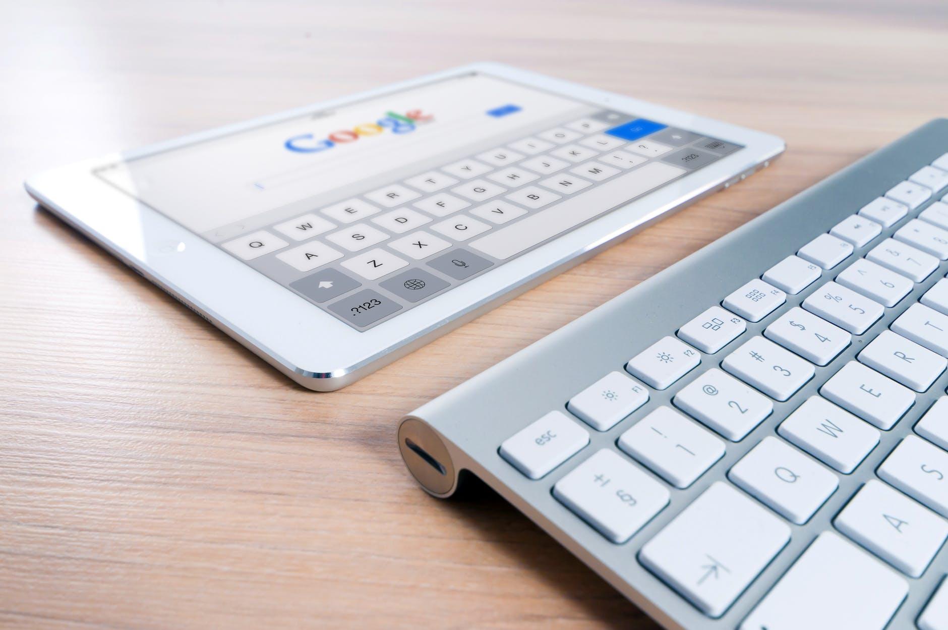 google, tablet, klávesnica