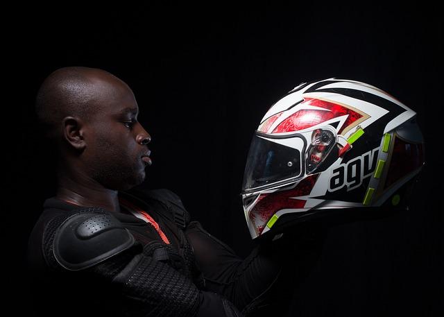 Muž s moto prilbou, motorkár.jpg