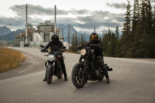 Dvaja motorkári na ceste.jpg