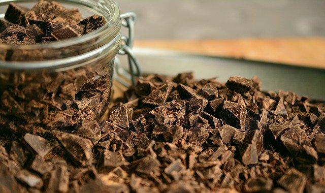 Nastrúhaná tmavá čokoláda v sklenenom pohári