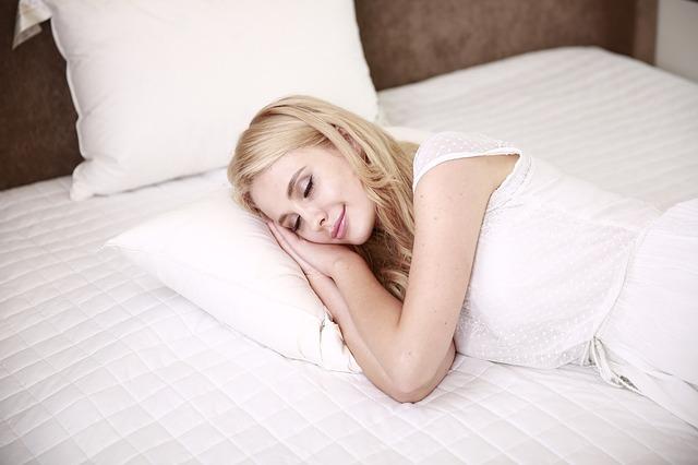 žena ležiaca v posteli