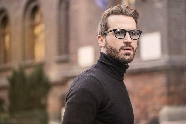 Muž v roláku a dioptrických okuliaroch